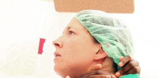 Kun 11-vuotias Pascale heräsi nukutuksesta, hän huusi äitiä ja hamusi lääkäri Katja Korpelan kaulaa. Murtuneen reisiluun tuottama tuska oli vihdoin ohi, viikkojen kärsimyksen jälkeen. Kuva: Ari Räsänen